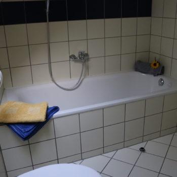 Bad mit Blick zur Badewanne