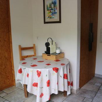 Blick auf den kleinen Essplatz mit Nespresso Kaffeemaschine