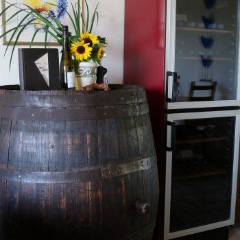 Begrüßungswein für unsere Gäste und Weinkühlschrank mit Weinen aus der Region