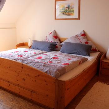 Geräumiges Schlafzimmer mit Doppelbett und großem Kleiderschrank