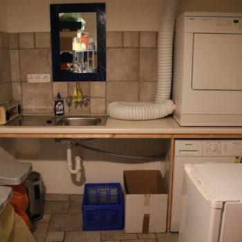 Allzweckraum mit Waschmaschine, Wäschetrockner und kleinem Gefrierschrank